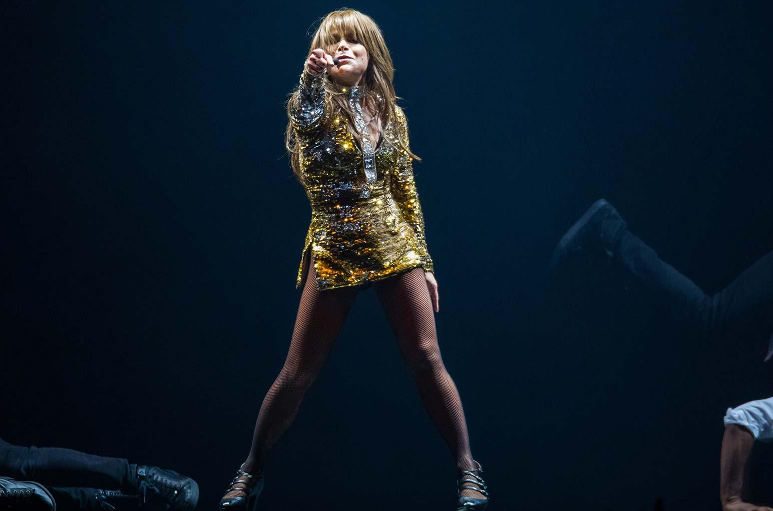 VIDEO | Paula Abdul falls heavily from stage